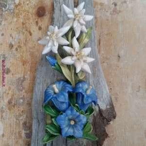 DECORAZIONI- stelle alpine  e  genziane  scultura in legno di acero su radice di  cirmolo