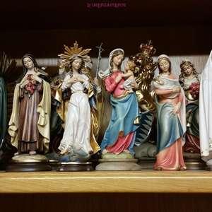 Arte Sacra- le molte  Madonne scolpite  esposte: in particolare dai 20 ai 22 cm decorate