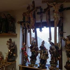 alcuni dei molti Crucifissi in Bottega  -   SCULTURE ZULIAN  soraga valdifassa DOLOMITI2015